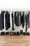 Schwarzweiss-Kleidung und Schuhe Stockfoto
