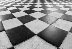 Schwarzweiss-Kontrolleur-Fußboden-Fliese-Muster Stockbilder