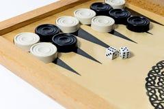 Schwarzweiss-Kontrolleure auf dem Spielfeld BackgammonBrettspiel lizenzfreie stockfotos