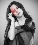 Schwarzweiss-Konzept der kranken Frauenkopfschmerzen Stockfoto
