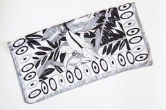 Schwarzweiss-Krawatte auf Weiß stockfotografie