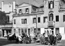 Schwarzweiss-Landschaft des Straßencafés in Venedig Lizenzfreie Stockfotos