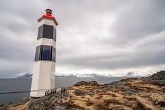 Schwarzweiss-Leuchtturm im norwegischen Fjord stockbild