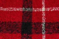 Schwarzweiss-Linien auf rotem strukturiertem woolen Hintergrund Lizenzfreie Stockfotos