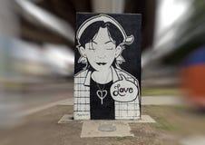 Schwarzweiss-Mädchen, das Liebe in Art Park, tiefes Ellum, Dallas, Texas darstellt Lizenzfreie Stockbilder