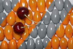Schwarzweiss mit Noten der roten Kirsche und der kleinen Tomaten lizenzfreies stockbild