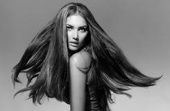 Schwarzweiss-Mode-Modell Girl Stockfoto