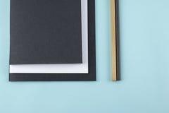 Schwarzweiss-Notizbücher und Bleistifte Stockbild