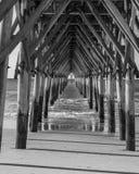 Schwarzweiss-Ozeanpier Stockfoto