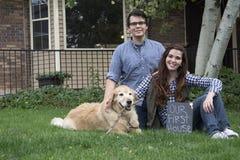 Schwarzweiss-Paare vor neuem Haus Lizenzfreies Stockbild