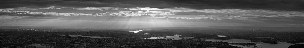 Schwarzweiss-Panorama von Sonnenstrahlen über Sydney Lizenzfreie Stockfotos