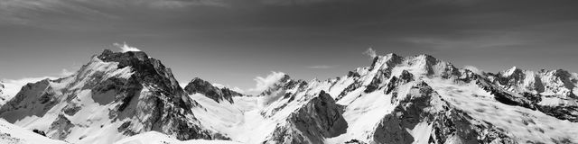 Schwarzweiss-Panoramablick von Schnee-mit einer Kappe bedeckten Bergspitzen Stockbilder
