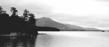 Schwarzweiss-Panoramablick von See George, neues Yori, an der Dämmerung Stockfotos