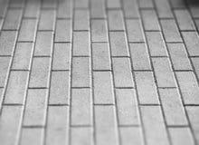 Schwarzweiss-Pflasterung deckt bokeh Hintergrund mit Ziegeln Stockfotografie