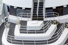 Schwarzweiss-Plattformen und Geländer auf Schiff Stockfoto