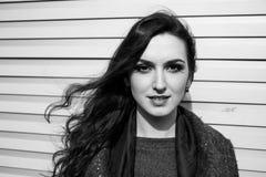 Schwarzweiss-Porträt der jungen Frau mit geschlossenen Augen, dem langen dunklen Haar, den sinnlichen Lippen und Berufsmake-upste Stockfotos