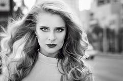 Schwarzweiss-Porträt der jungen Frau mit modischem bilden Stockfoto