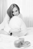 Schwarzweiss-Porträt der schönen sexy Blondine Stockfotografie
