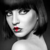Schwarzweiss-Porträt des Brunetteherzens auf Lippen lizenzfreie stockbilder
