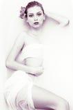 Schwarzweiss-Porträt des eleganten sexy Mädchens mit Stockfotos