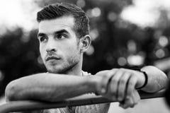 Schwarzweiss-Porträt des Homosexuellen mit den Händen auf Bar Lizenzfreie Stockfotografie