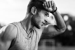Schwarzweiss-Porträt des müden muskulösen Mannes Stockfotos