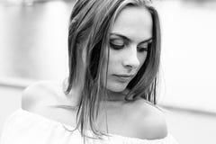 Schwarzweiss-Porträt des modernen jungen Mädchens im Kleid im Freien Stockfoto
