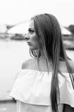 Schwarzweiss-Porträt des modernen jungen Mädchens im Kleid im Freien Stockfotografie