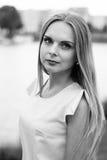 Schwarzweiss-Porträt des modernen jungen Mädchens im Kleid im Freien Stockbilder