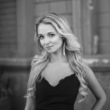 Schwarzweiss-Porträt des schönen blonden Mädchens Stockfoto