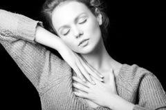 Schwarzweiss-Porträt des schönen sexy Mädchens Stockfotos