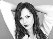 Schwarzweiss-Porträt einer schönen jungen Frau, die Tausend schaut lizenzfreie stockfotografie