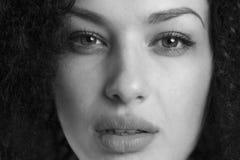 Schwarzweiss-Porträt einer sinnlichen Frau Stockbilder