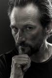 Schwarzweiss-Porträt eines beardy Mannes mit ernstem Blick auf seinem Gesicht Lizenzfreie Stockfotografie