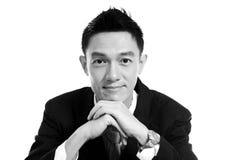 Schwarzweiss, Porträt eines lächelnden jungen Geschäftsmannes, isolat Stockfoto