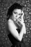 Schwarzweiss-Porträt eines schönen Brunettemädchens Stockbilder