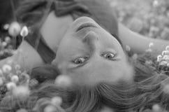 Schwarzweiss-Porträt eines schönen Mädchens mit Stockfotografie
