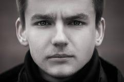 Schwarzweiss-Porträt eines traurigen Kerls Lizenzfreie Stockfotos