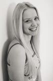 Schwarzweiss-Porträt schöner junger blonder Dame, die Spaß habend sich entspannt Stockfoto