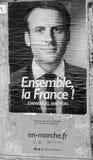 Schwarzweiss-Porträt von Emmanuel Macron nahe Wahllokal Lizenzfreie Stockfotografie