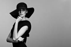 Schwarzweiss-Portrait der eleganten Frau Stockfotografie