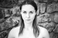 Schwarzweiss-Portrait der jungen Frau Lizenzfreies Stockfoto