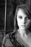 Schwarzweiss-Portrait einer hübschen Frau Stockbild