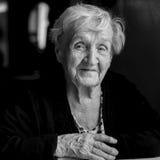 Schwarzweiss-Portrait einer älteren Frau glücklich Stockfoto