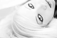 Schwarzweiss-Portrait eines schönen Mädchens Lizenzfreies Stockbild