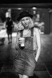Schwarzweiss-Porträt der kaukasischen jugendlichen jungen blonden Mädchenfrau des alternativen Modells im T-Shirt, Jeansspielanzu Stockbild