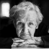 Schwarzweiss-Porträt der älteren Frau Stockfoto