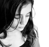Schwarzweiss-Porträt eines traurigen hispanischen Mädchens Stockbild