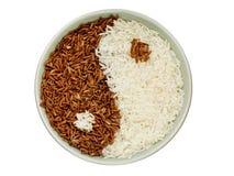 Schwarzweiss-Reis, der ein yin Yang-Symbol bildet Stockfotografie