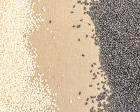 Schwarzweiss-Samen des indischen Sesams auf Segeltuch-Hintergrund mit Raum für Text Lizenzfreies Stockfoto